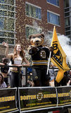 波士顿,麻省,美国- 6月18日:波士顿熊通过波士顿游行在第一次赢取史丹利杯以后在39年, J 免版税库存照片