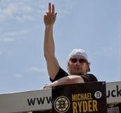 波士顿,麻省,美国- 6月18日:迈克尔赖德庆祝史丹利杯胜利在波士顿熊在夺得杯以后游行为 免版税库存图片