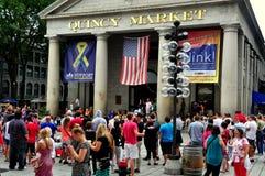 波士顿,麻省:人群在昆西市场上 免版税库存图片