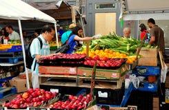 波士顿,麻省:Haymarket的顾客 库存照片