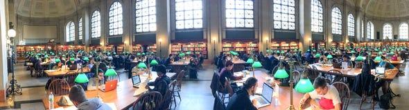 波士顿- 2015年10月:工作在公立图书馆里面的学生 免版税库存图片