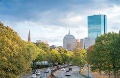 波士顿- 2015年10月17日:在日落的城市街道 波士顿welcom 免版税图库摄影
