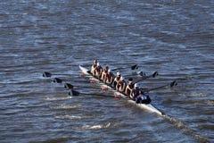 波士顿- 2016年10月23日:威廉姆斯学院小船俱乐部在查尔斯赛船会妇女的大学Eights头赛跑  库存图片