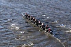 波士顿- 2016年10月23日:富兰克林・皮尔斯大学在查尔斯赛船会妇女的大学Eights头赛跑  免版税库存图片