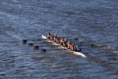 波士顿- 2016年10月23日:RIT大学在查尔斯赛船会妇女的大学EightsMercyhurst头赛跑  图库摄影