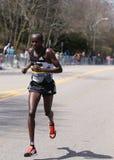 波士顿- 4月18 :在波士顿马拉松2016年4月18日期间,精华人赛跑者赛跑伤心欲绝小山在波士顿 库存图片