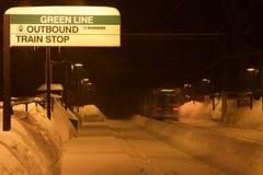 波士顿绿线在雪的火车站在晚上(布鲁克莱恩,马萨诸塞,美国/2015 2月10日) 免版税库存图片