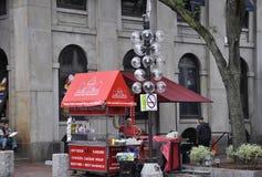 波士顿Ma, 6月30日:从Faneuil霍尔市场的食物推车在从Massachusettes国家的街市波士顿的美国 库存图片