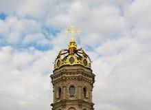 波多利斯克莫斯科地区,俄罗斯- 2015年7月14日:Znamenskaia教会金黄头在1690-1704建立的在cloudscape和 库存照片