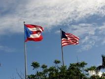 波多黎各和美国旗子 库存照片