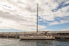 波多黎各,大加那利岛- 2017年12月16日:波多黎各小游艇船坞  许多公司提供钓鱼的小船旅行和 免版税库存图片