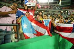 波多黎各人波多黎各的爱好者支持奥林匹克冠军莫妮卡德普伊赫在网球妇女的期间选拔里约的决赛2016年 库存图片
