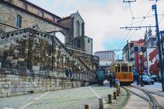 波尔图、葡萄牙- 2018年3月29日-城市街道和老房子传统门面在波尔图 免版税图库摄影
