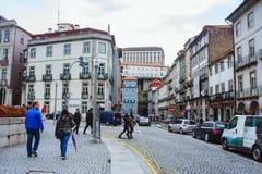 波尔图、葡萄牙- 2018年3月29日-城市街道和老房子传统门面在波尔图 免版税库存图片