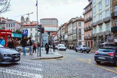 波尔图、葡萄牙- 2018年3月29日-城市街道和老房子传统门面在波尔图 库存图片