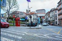 波尔图、葡萄牙- 2018年3月29日-城市街道和老房子传统门面在波尔图 图库摄影
