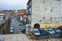 波尔图、葡萄牙- 2018年3月29日-城市街道和老房子传统门面在波尔图 免版税库存照片