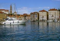 波尔图卢兹、一个小镇和它的小游艇船坞,位于亚得里亚 斯洛文尼亚 库存照片
