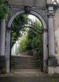 波尔图卢兹,斯洛文尼亚- 2016年10月17日:石头成拱形用装饰和雕刻的头装饰的门户 库存照片