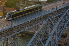 波尔图地铁火车在老镇 库存图片