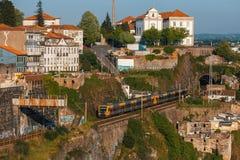 波尔图地铁火车在老镇 免版税库存图片