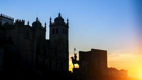 波尔图大教堂剪影在日落期间的在波尔图的历史中心 库存照片