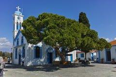 波尔图拉各斯,希腊- 2017年9月23日:修道院位于两个海岛的圣尼古拉波尔图拉各斯在克桑西附近镇  免版税图库摄影