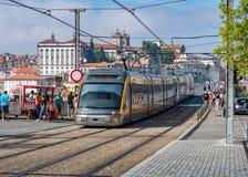 波尔图横渡Dom雷斯的地铁火车1座桥梁,加亚新城,葡萄牙 免版税图库摄影