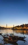波尔图老镇和杜罗河河沿在葡萄牙在晚上 免版税库存照片