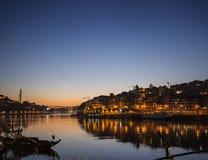 波尔图老镇和杜罗河河沿在葡萄牙在晚上 库存照片