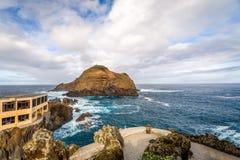 波尔图莫尼兹与火山的熔岩创作的岸风景 免版税库存图片