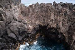 波尔图莫尼兹,马德拉岛海岛沿海岩石  库存照片