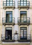 波尔图葡萄牙 2017年8月12日:一个房子的门面在Alfandega的街道上的与铁阳台和好奇图画的在 免版税库存照片
