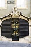 波尔图葡萄牙 2017年8月12日:一个金银手饰店的美丽的门与两个天使的装饰物的在顶面和木门和windo的 免版税库存照片