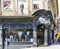 波尔图葡萄牙 2017年8月12日:一家现代派服装店的门面叫在圣卡塔利娜街道和1月的角落的Reis 免版税库存图片