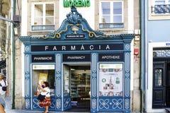 波尔图葡萄牙 2017年8月12日:一家药房的陈列室与名字的用葡萄牙语,法语,在1804个wi和希腊语建立的英语 库存图片