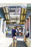 波尔图葡萄牙 2017年8月12日:休息在其中一个的游人叫的市场的走廊中在波尔图的中心做Bolhao, 免版税库存图片
