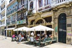 波尔图葡萄牙 2017年8月12日:历史的咖啡馆告诉了在称有人的圣卡塔琳娜州的街道上的Majestic坐它的ter 免版税库存图片
