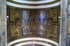 波尔图葡萄牙 2017年8月12日:圣安东尼` s教会内部在18世纪聚集修造和非常多彩, d 免版税库存照片