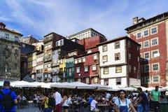 波尔图葡萄牙 2017年8月12日:在正方形走并且喝在Th旁边出海口很大数量的游人的细节  免版税库存图片