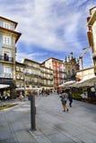 波尔图葡萄牙 2017年8月12日:城市和与酒吧许多大阳台的石地板的中心广场有走的游人的和 免版税库存照片