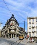 波尔图葡萄牙 2017年8月12日:城市的老部分的中心广场有一个新古典主义的大厦和一辆典型的电车的那 库存照片
