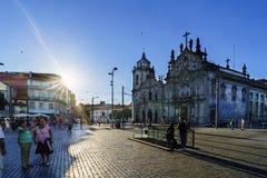 波尔图葡萄牙 2017年8月12日:广场de与两个巴洛克式的教会的Gomes特谢拉的背后照明在背景和游人中 图库摄影