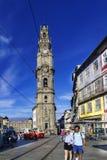 波尔图葡萄牙 2017年8月12日:教会的钟楼在城市的中心叫Clerigos一个正方形的与大阳台  库存照片