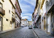 波尔图葡萄牙 2017年8月12日:有一个强的被铺的鹅卵石倾斜的街道在叫的城市的中心 库存图片