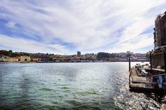波尔图葡萄牙 2017年8月12日:杜罗河河出海口的全景从北部岸的与在右边的一个小码头 库存照片
