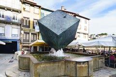 波尔图葡萄牙 2017年8月12日:艺术家叫的正方形的何塞罗德里格斯岛的立方体的喷泉 库存照片