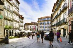 波尔图葡萄牙 2017年8月12日:花商业街在城市的中心有游人漫步和一个好的房子的 免版税库存照片