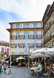 波尔图葡萄牙 2017年8月12日:酒吧的大阳台的细节花在城市的中心,有一个美丽的房子的w 库存图片