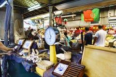 波尔图葡萄牙 2017年8月12日:汤和大蒜销售在叫的一个主要市场大厅里失去作用做与一个标度的Bolhao在foregr 免版税库存照片